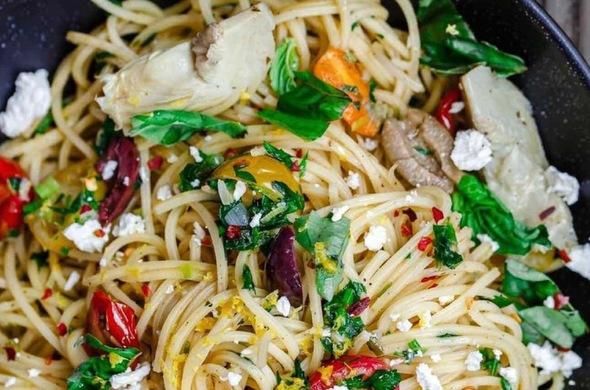 Mediterranean Pasta w/ Tomatoes, Olives & Feta
